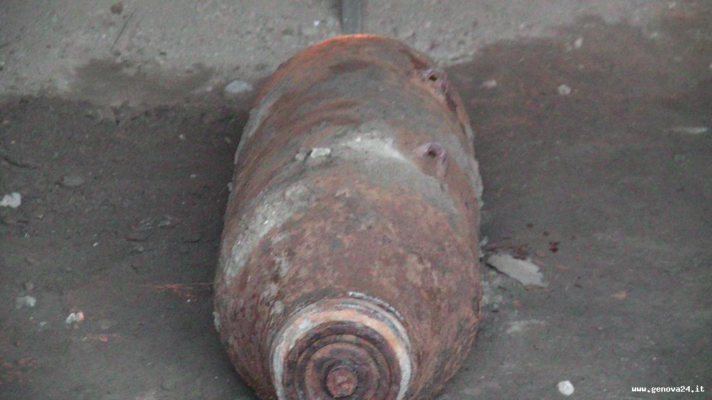 Bomba nel porto di Genova