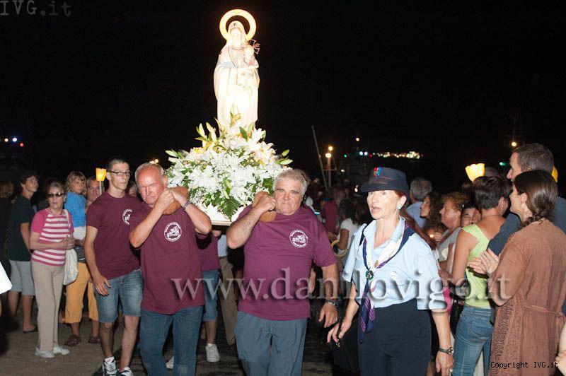 Fornaci, l'arrivo dal mare della statua della Madonna
