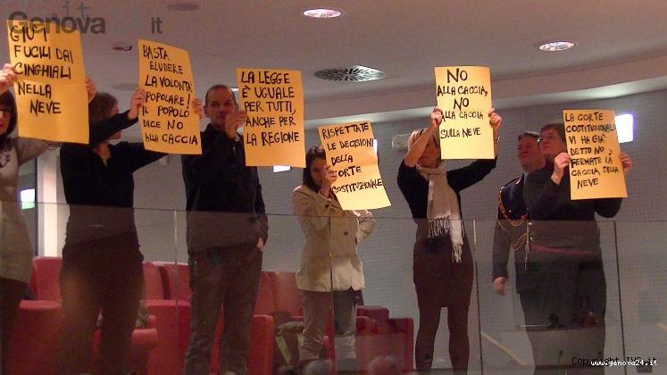protesta contro caccia cinghiali neve