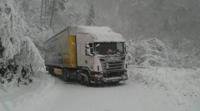 Tir bloccato neve sul melogno