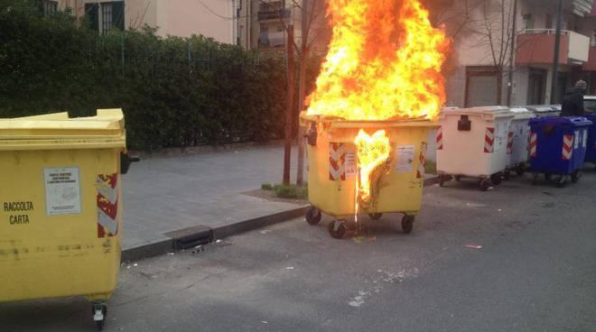 albenga, incendio cassonetto via carlo forte