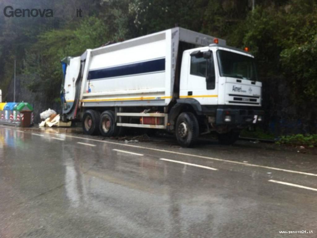 camion spazzatura abbandonato a rapallo
