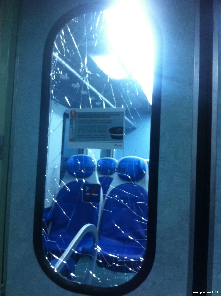 treno vandalizzato