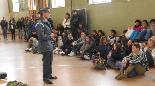studenti a lezione dalla Guardia di Finanza