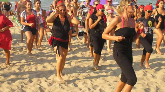 falsh mob femminicidio spiagge