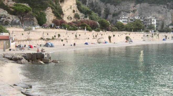 Matrimonio Spiaggia Varigotti : Tende sulla spiaggia di varigotti quot le autorità aspettano