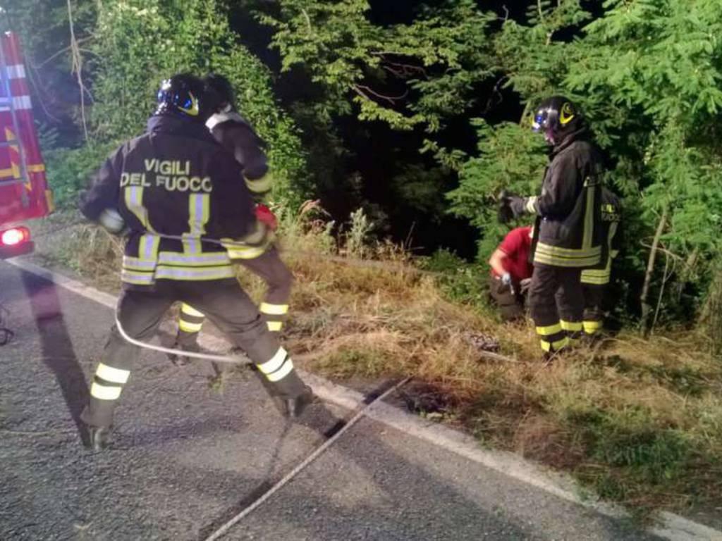 Vigili del fuoco notte scarpata