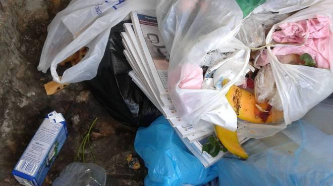 """30 copie delle Pagine Bianche nel bidone della spazzatura: """"Buttate da un postino"""""""