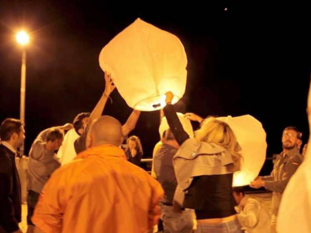 Alassio, lanterne cinesi dal molo per ricordare Giovanni Cipriano