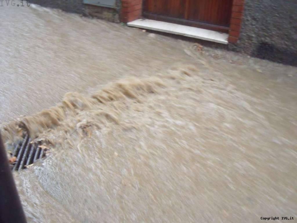 Savona, via degli Ulivi diventa un fiume in piena quando piove: proteste dei residenti
