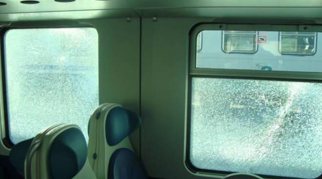 atto vandalico treni