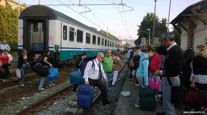 treno guasto, pendolari, binari