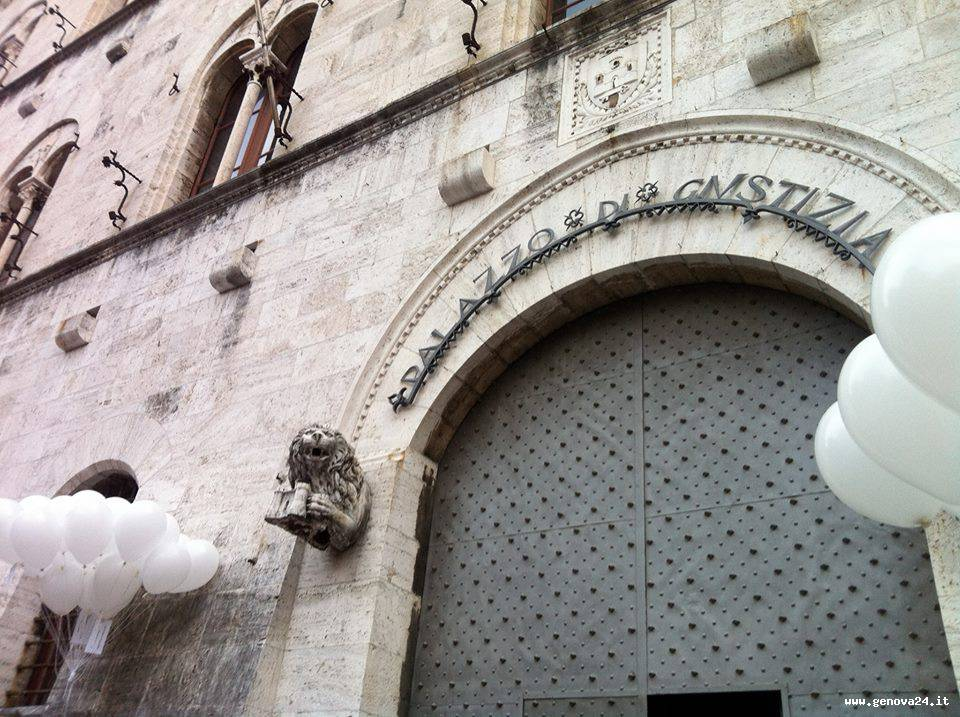 tribunale chiavari, manifestazione, palloncini