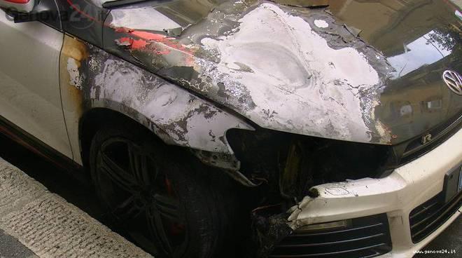 auto bruciata sestri ponente via s.t. d'aquino