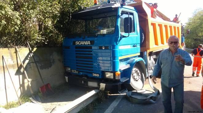 Camion si schianta a bordo strada sulla Provinciale 26