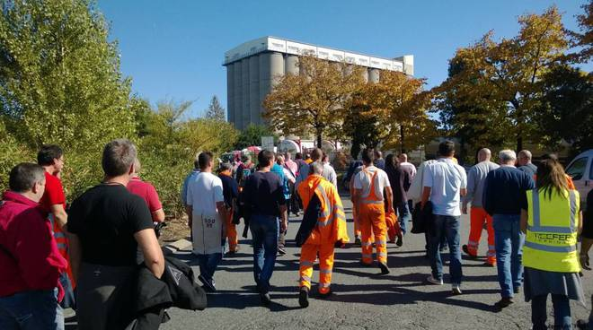 Protesta Reefer: i lavoratori in corteo bloccano l'area dell'Interporto di Vado