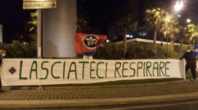 striscione protesta davanti a tirreno power