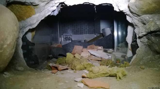 """Albenga, la banda del buco tenta di entrare nello store """"Zafferano"""" passando per il bar """"Cogli l'attimo"""": si accontenta di 100 euro e succhi di frutta"""