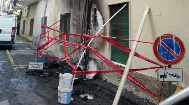 Auto e scooter a fuoco in piazza Diaz ad Alassio