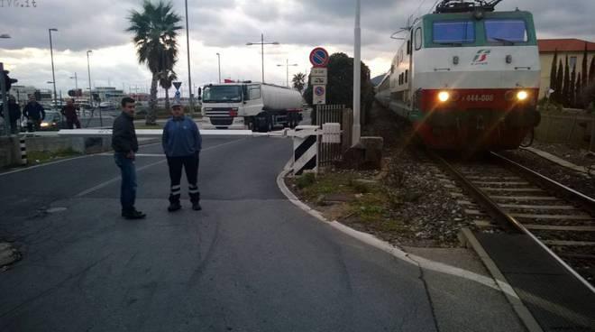 Autobotte passaggio a livello Pietra-Loano