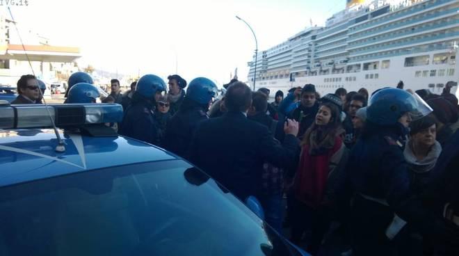 Forconi, quattro ragazzi fermati e portati sulle auto della polizia alla Torretta: rimonta la protesta