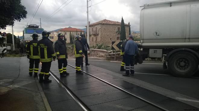 Loano: autobotte sui binari del passaggio a livello, treno frena in corsa