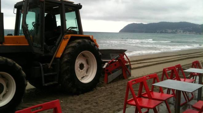 pulizia spiaggia alassio mareggiata