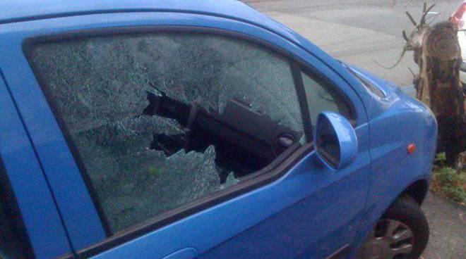 auto danneggiata finestrino rotto
