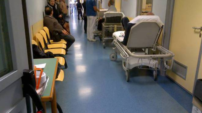 malati parcheggiati al pronto soccorso s. corona