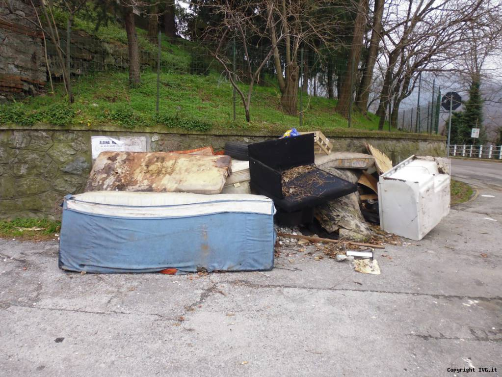 rifiuti per strada a Cadibona