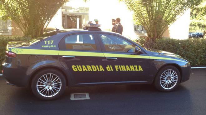 Auto guardia di finanza fiamme gialle