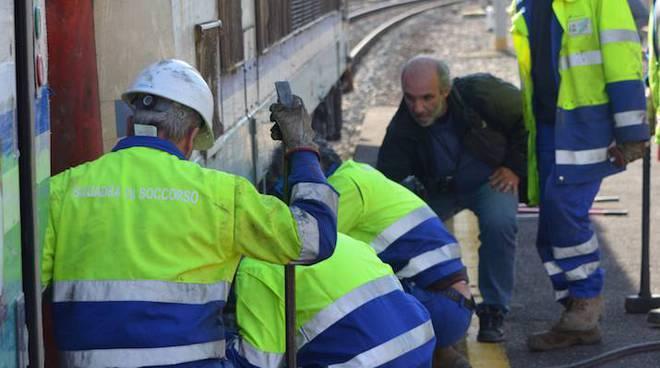 operai aggiustano treno