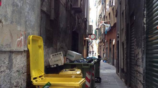 vicoli centro storico vicolo spazzatura differenziata