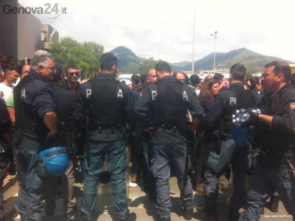 corteo piaggio per visita renzi, poliziotti senza casco