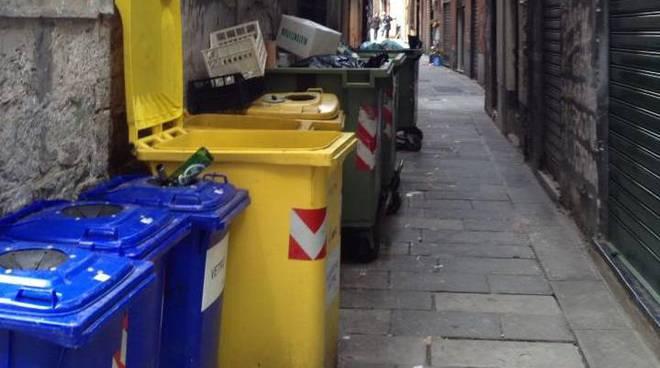 spazzatura vicoli differenziata bidoni