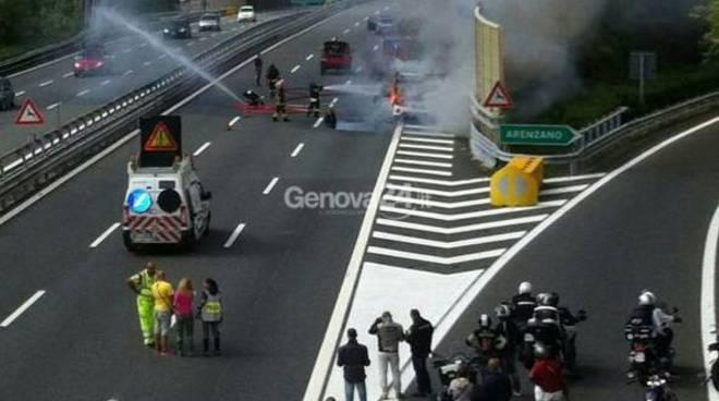 Auto in fiamme su A10, arenzano