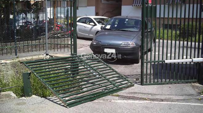 Auto sfonda cancello carabinieri di Carasco