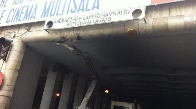 camion amiu incastrato brignole
