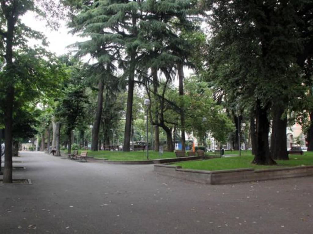 """Piazza del Popolo a Savona, una lettrice: """"Insulti, minacce e atti osceni  davanti a mia figlia di 9 anni"""" - IVG.it"""