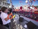 Susanna Camusso sul palco con il braccialetto della centrale