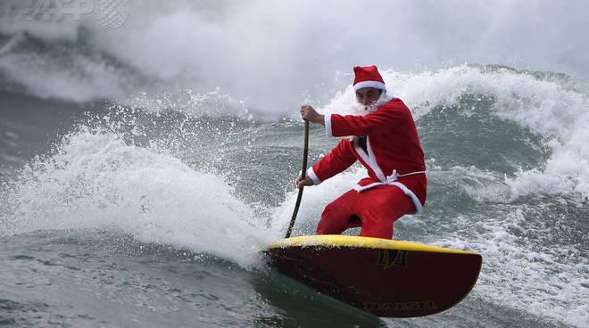 Babbo Natale fa surf a Varazze