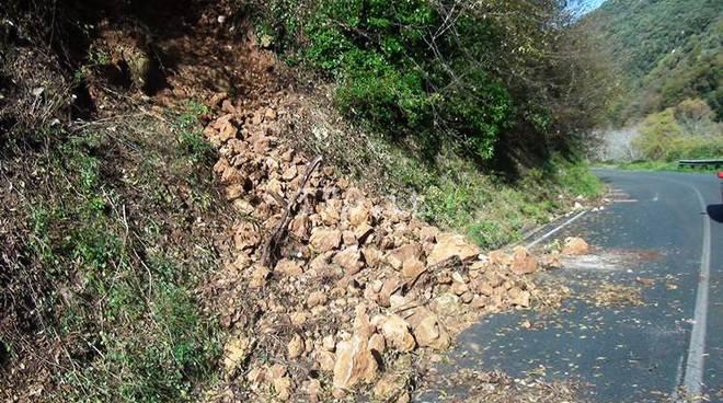 Frane e strada provinciale chiusa