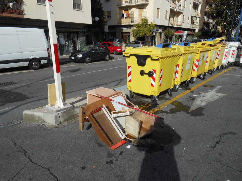 rifiuti abbandonati albenga via dalmazia