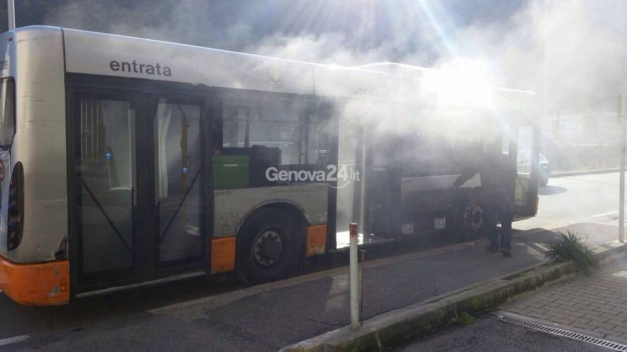 autobus linea 82 in fiamme