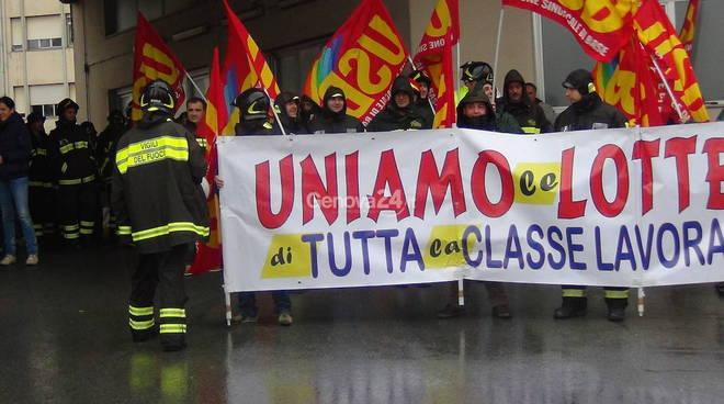 La protesta unitaria dei vigili del fuoco a Genova