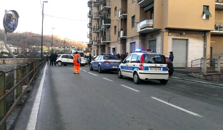 auto ribaltata in via San Quirico (foto di Carmelo Mulé)