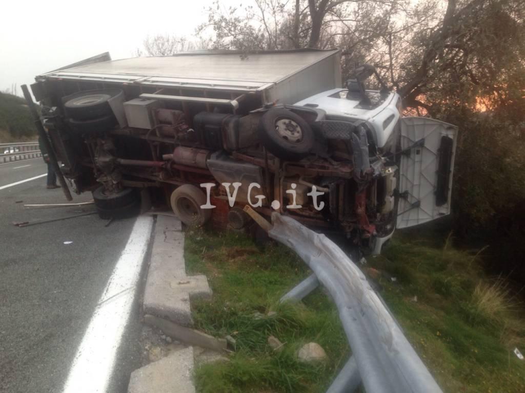 camion ribaltato autostrada a10