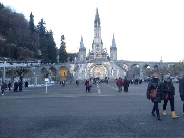 Da Albenga in pellegrinaggio a Lourdes, fedeli in festa sotto la Grotta