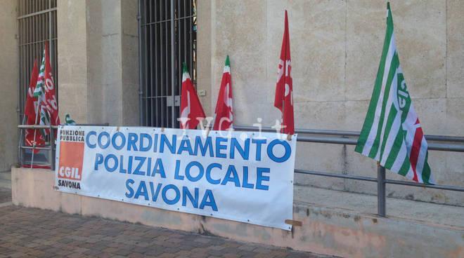 Savona, il presidio delle polizie municipali davanti alla prefettura