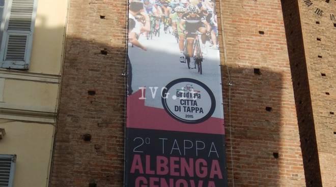 Albenga, lo striscione del Giro che innesca la polemica